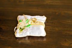Anelli di cerimonia nuziale dell'oro Immagini Stock Libere da Diritti