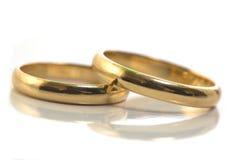 Anelli di cerimonia nuziale dell'oro isolati sopra Fotografia Stock Libera da Diritti