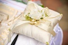 Anelli di cerimonia nuziale dell'oro su un cuscino Immagine Stock Libera da Diritti