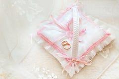 Anelli di cerimonia nuziale dell'oro su un cuscino Fotografia Stock
