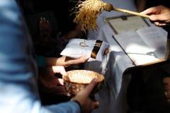Anelli di cerimonia nuziale di benedizione del sacerdote Fotografia Stock Libera da Diritti