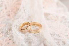 Anelli di cerimonia nuziale dorata su merletto Fotografia Stock