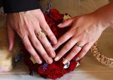 Anelli di cerimonia nuziale e mani 3 Immagini Stock Libere da Diritti