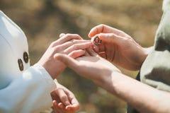 Anelli di cerimonia nuziale Mani della sposa e dello sposo Fotografia Stock