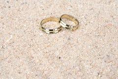 Anelli di cerimonia nuziale nella sabbia Immagine Stock Libera da Diritti