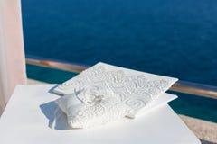 Anelli di cerimonia nuziale su un cuscino Immagine Stock