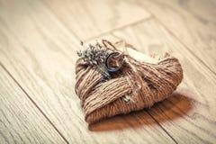 Anelli di cerimonia nuziale su un cuscino Immagini Stock