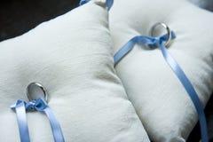 Anelli di cerimonia nuziale sui cuscini Immagine Stock