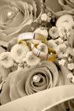 Anelli di cerimonia nuziale sui fiori immagini stock libere da diritti