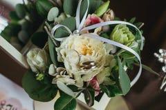 Anelli di cerimonia nuziale sui fiori Fotografia Stock