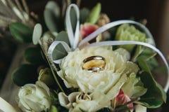 Anelli di cerimonia nuziale sui fiori Fotografia Stock Libera da Diritti
