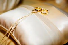 Anelli di cerimonia nuziale sul cuscino Immagine Stock Libera da Diritti