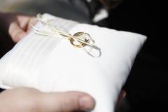 Anelli di cerimonia nuziale sul cuscino Fotografia Stock Libera da Diritti