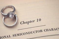 Anelli di cerimonia nuziale sul libro Fotografia Stock