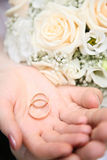 Anelli di cerimonia nuziale sulla palma Fotografia Stock