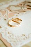 Anelli di cerimonia nuziale sulla tabella Fotografia Stock