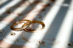 Anelli di cerimonia nuziale sulla tabella Fotografie Stock