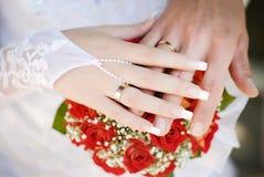 Anelli di cerimonia nuziale sulle mani Fotografie Stock Libere da Diritti