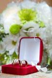 Anelli di cerimonia nuziale in una casella decorativa Immagine Stock Libera da Diritti