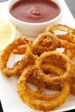 Anelli di cipolla con ketchup Immagini Stock Libere da Diritti