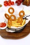Anelli di cipolla e patate fritte miste Immagini Stock Libere da Diritti