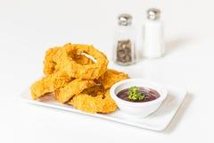 Anelli di cipolla fritti con salsa Immagine Stock Libera da Diritti
