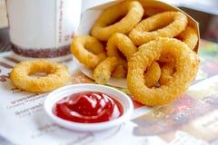 Anelli di cipolla fritti croccanti degli alimenti a rapida preparazione Fotografia Stock Libera da Diritti