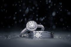 Anelli di diamante di impegno di nozze con le gocce di acqua Fotografia Stock