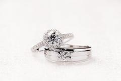 Anelli di fidanzamento di nozze dello sposo e della sposa su fondo bianco Fotografia Stock Libera da Diritti