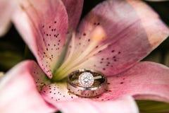 Anelli di fidanzamento in fiore rosa Fotografie Stock Libere da Diritti