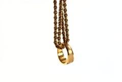 Anelli di oro con la catena dell'oro Immagini Stock