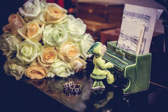 Anelli di oro e mazzo dei fiori Fotografia Stock Libera da Diritti