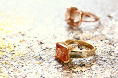 anelli di oro eleganti sul fondo di scintillio dell'argento e dell'oro Fotografia Stock Libera da Diritti