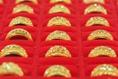Anelli di oro nella vetrina dell'oro Fotografie Stock Libere da Diritti