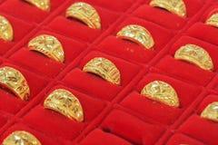 Anelli di oro nella vetrina dell'oro Fotografia Stock