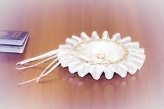 Anelli di oro di nozze su un piatto fotografia stock