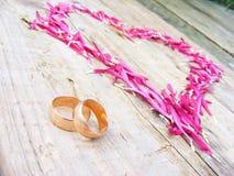 Anelli e cuore di cerimonia nuziale Immagine Stock