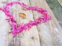 Anelli e cuore di cerimonia nuziale Fotografie Stock Libere da Diritti