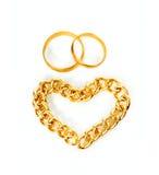 Anelli e cuore di oro dalla catena dell'oro Fotografia Stock