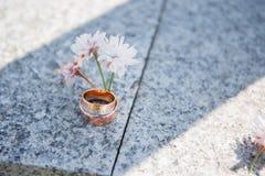 Anelli e fiore di cerimonie nuziali fotografia stock libera da diritti