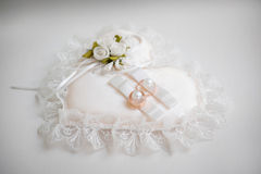 Anelli e fiore di cerimonie nuziali fotografia stock