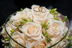 Anelli e fiori di cerimonia nuziale Immagini Stock