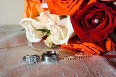 Anelli e fiori di cerimonia nuziale Fotografia Stock Libera da Diritti