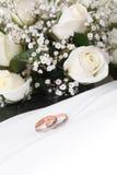Anelli e rose di cerimonia nuziale Fotografia Stock Libera da Diritti