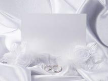 Anelli e scheda di cerimonia nuziale d'argento Fotografie Stock Libere da Diritti