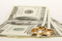 Anelli e soldi di cerimonia nuziale Fotografia Stock