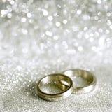 Anelli e stelle di cerimonia nuziale in argento Immagine Stock