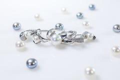Anelli ed orecchini con le perle fotografie stock libere da diritti