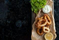 Anelli fritti del calamaro nell'impanare Fotografie Stock Libere da Diritti