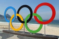 Anelli olimpici alla spiaggia di Copacabana in Rio de Janeiro Fotografia Stock